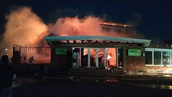 Сотрудники МЧС тушат пожар в районе Ваагни (11 июня 2021). Еревaн - Sputnik Армения