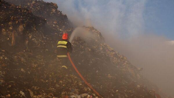 Спасатели МЧС тушат пожар на мусорной свалке в Нубарашене - Sputnik Արմենիա