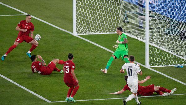 Защитник сборной Турции Мерих Демирал забивает автогол во время 1 тура Чемпионата Европы по футболу Евро-2020 в группе А между сборными Турции и  Италии (11 июня 20210. Рим  - Sputnik Армения
