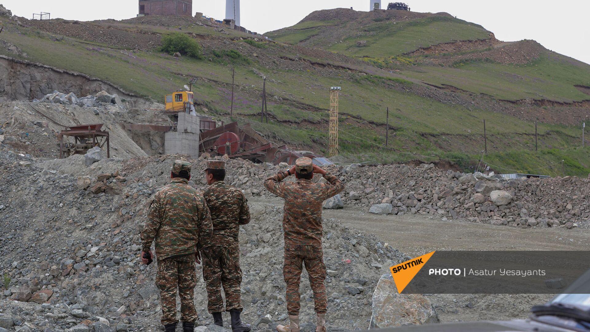 Армянские военные ведут наблюдение за постом противника у Сотка - Sputnik Արմենիա, 1920, 06.07.2021