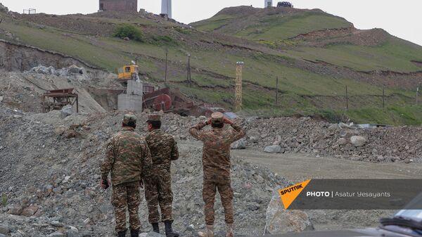 Армянские военные ведут наблюдение за постом противника у Сотка - Sputnik Армения