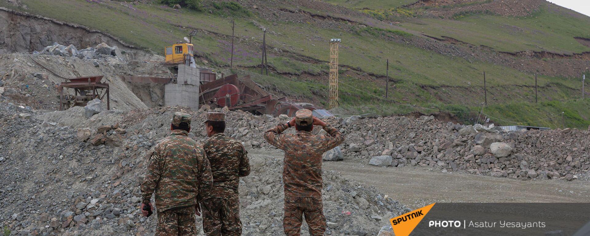Армянские военные ведут наблюдение за постом противника у Сотка - Sputnik Արմենիա, 1920, 13.06.2021