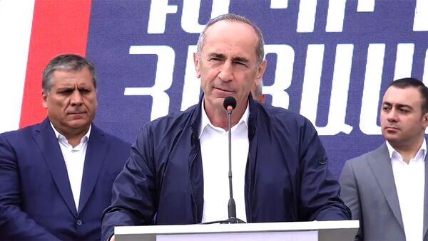 Роберт Кочарян во время предвыборной агитационной кампании блока Айастан (13 июня 2021). Еревaн - Sputnik Армения