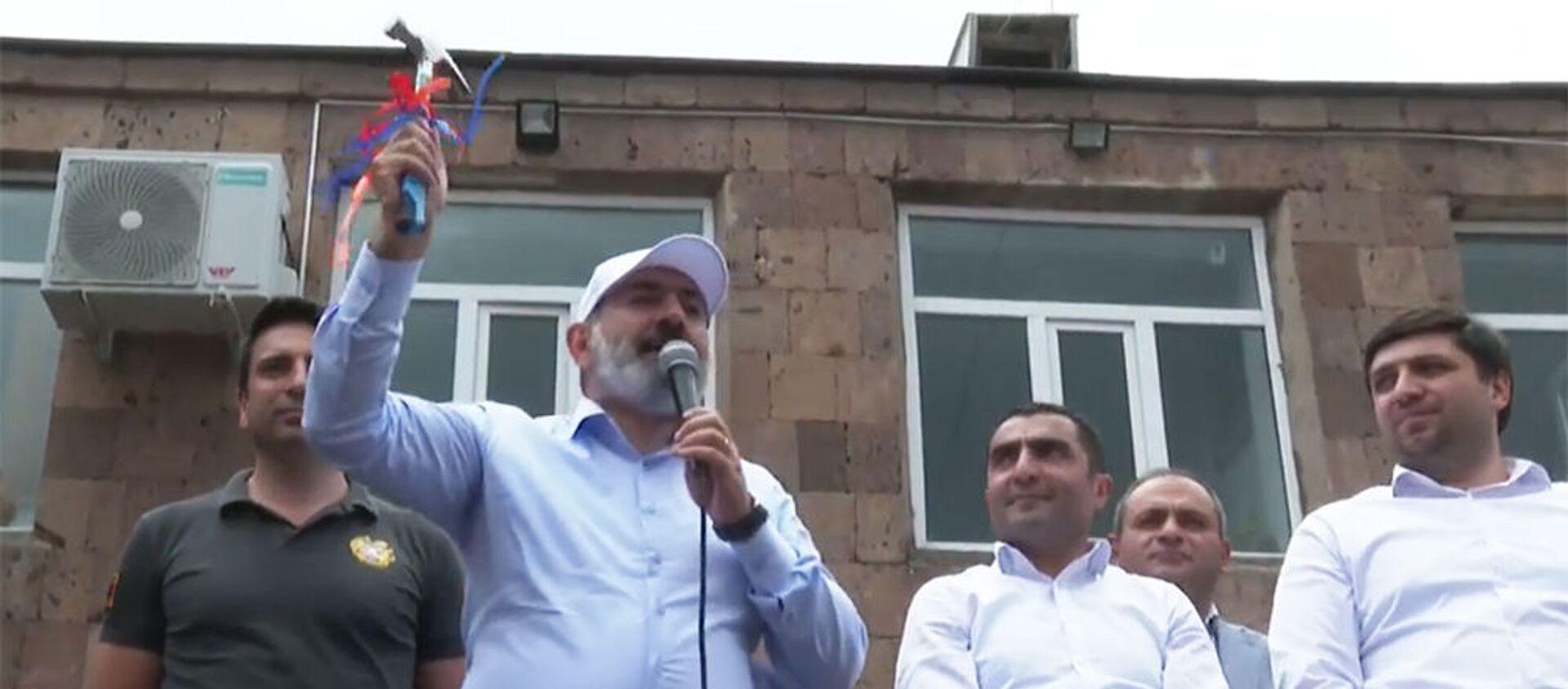 И.о. премьер-министра Никол Пашинян держит в руках молоток во время предвыборной агиткампании в общине Бюрегаван (13 июня 2021). Котайк - Sputnik Արմենիա, 1920, 16.06.2021