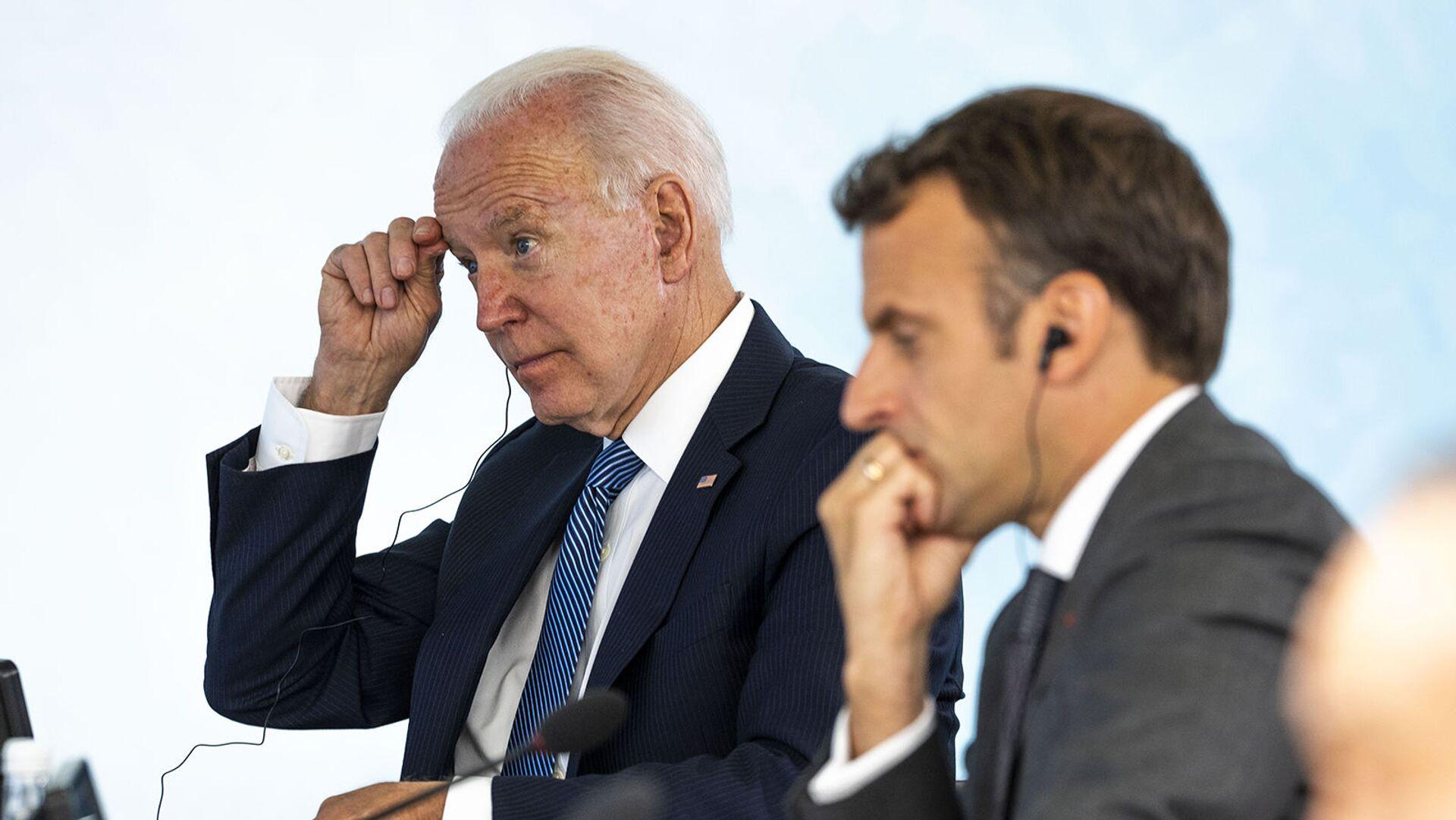 Президенты США и Франции Джо Байден и Эммануэль Макрон во время заключительной сессии саммита G-7 в Карбис-Бэй (13 июня 2021). Англия - Sputnik Армения, 1920, 22.09.2021
