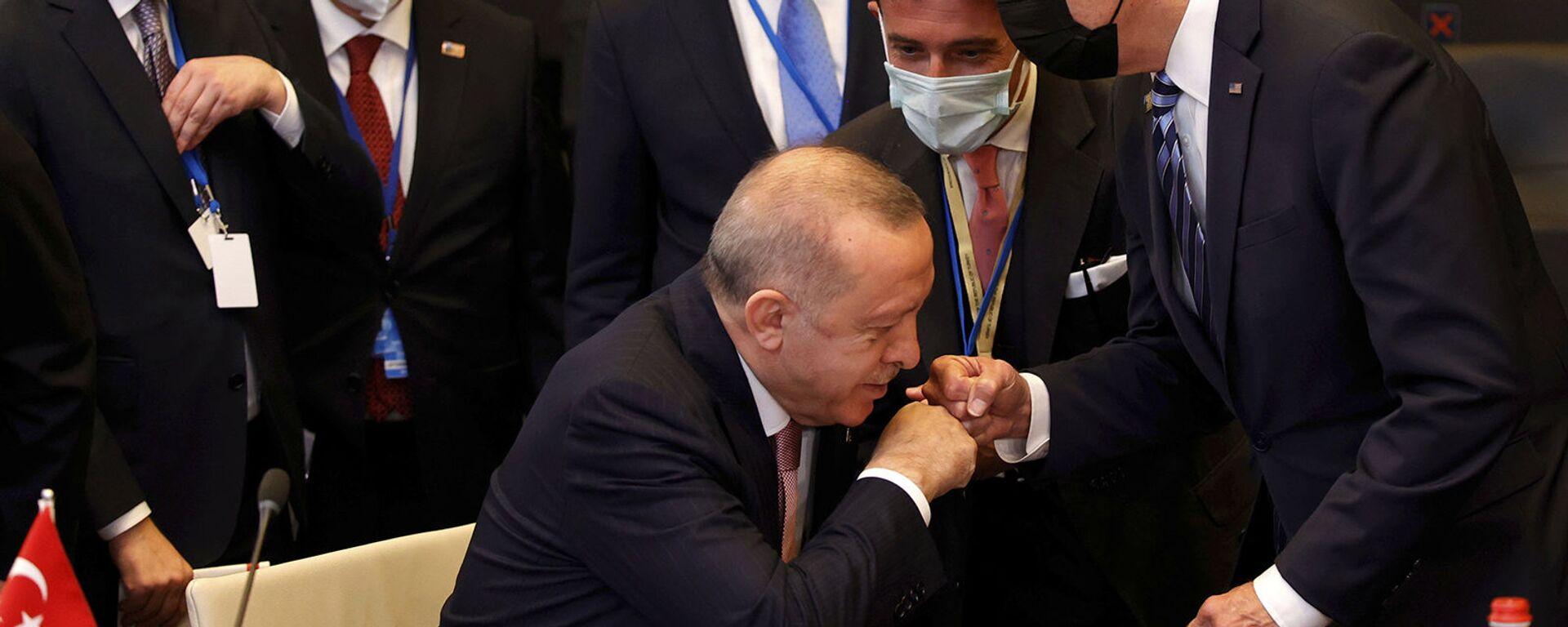 Президент Турции Реджеп Тайип Эрдоган здоровается с президентом США Джо Байденом во время пленарного заседания саммита НАТО в Брюсселе (14 июня 2021). Бельгия - Sputnik Արմենիա, 1920, 14.06.2021