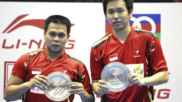 Маркис Кидо из Индонезии (слева) и Хендра Сетиаван после победы в финале мужского парного разряда на Открытом турнире по бадминтону (24 июня 2012). Сингапур - Sputnik Армения