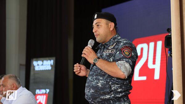 Уволившийся из рядов полиции сержант Мисак Петросян на встрече лидеров блока Айастан с жителями общины Авшар (15 июня 2021). Араратская область - Sputnik Армения