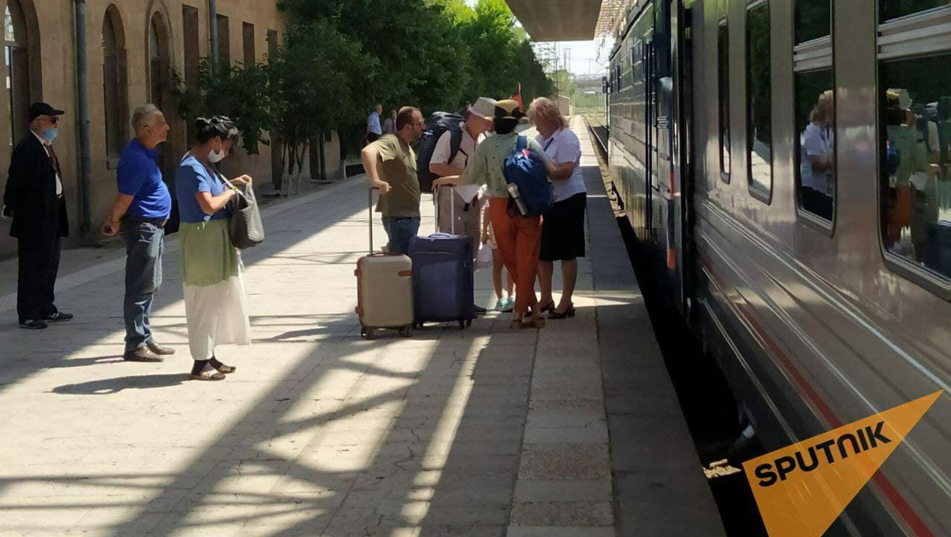 Пассажиры на перроне у поезда Ереван - Батуми - Sputnik Արմենիա, 1920, 05.07.2021