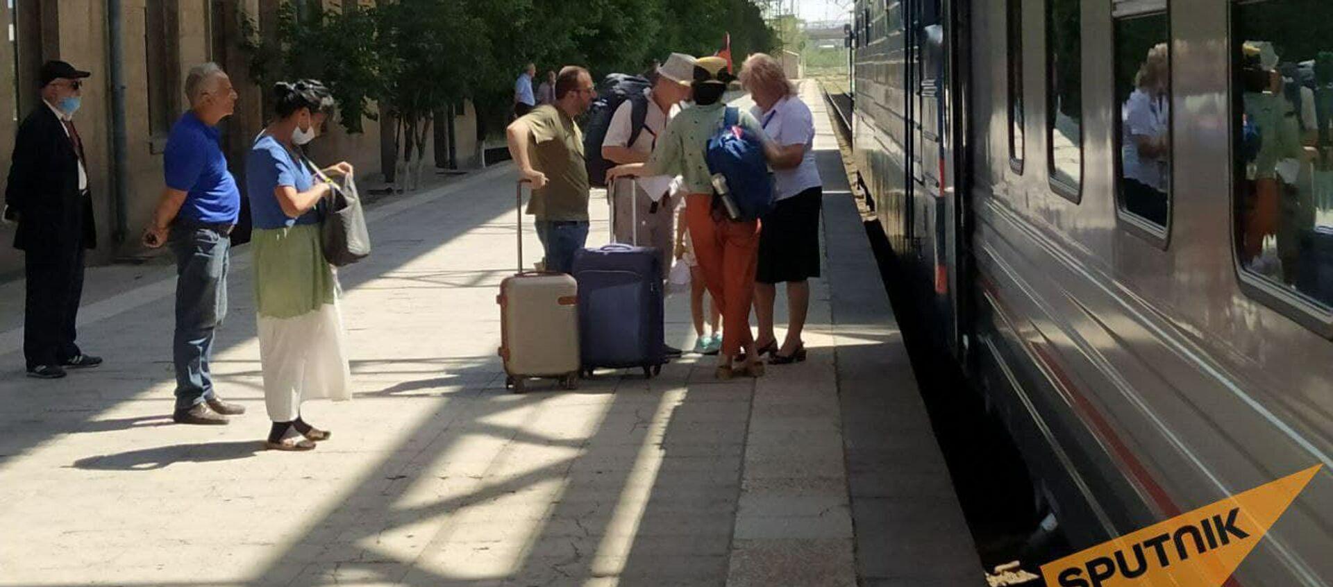 Пассажиры на перроне у поезда Ереван - Батуми - Sputnik Армения, 1920, 30.07.2021