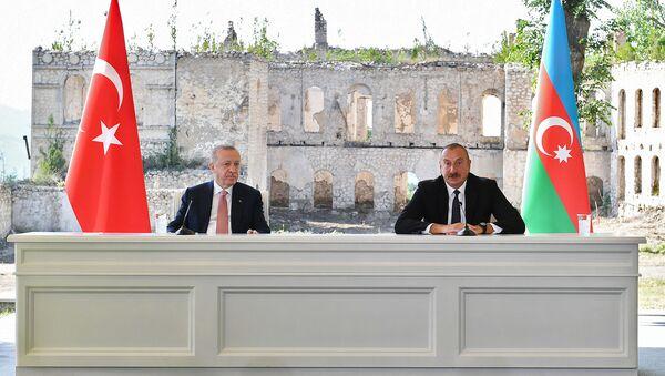 Президенты Турции и Азербайджана Реджеп Тайип Эрдоган и Ильхам Алиев подписывают декларацию о союзнических соглашениях (15 июня 2021). Шуши - Sputnik Армения