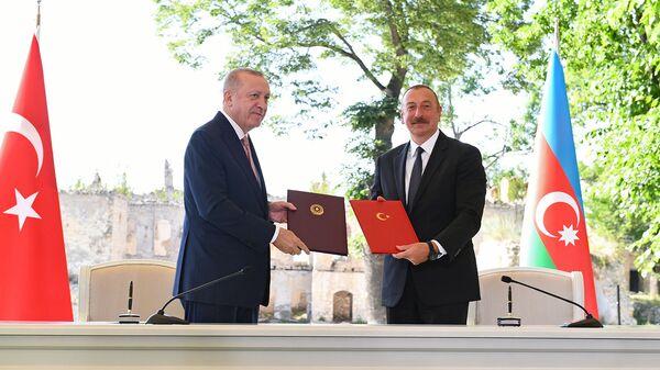 Президенты Турции и Азербайджана Реджеп Тайип Эрдоган и Ильхам Алиев подписывают декларацию о союзнических соглашениях (15 июня 2021). Шуши - Sputnik Արմենիա
