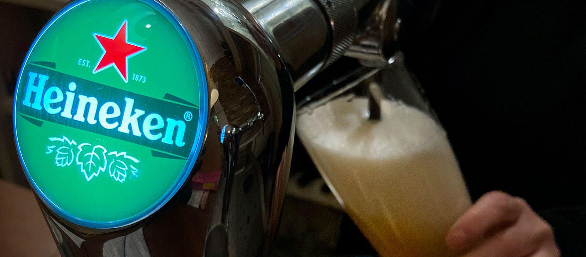 Бармен разливает пиво Heineken в Олдеберкупе - Sputnik Արմենիա, 1920, 15.06.2021