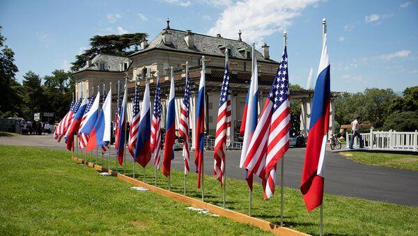 Флаги США и России в саду виллы Ле Гранж в преддверии саммита Россия - США (15 июня 2021). Женева - Sputnik Армения