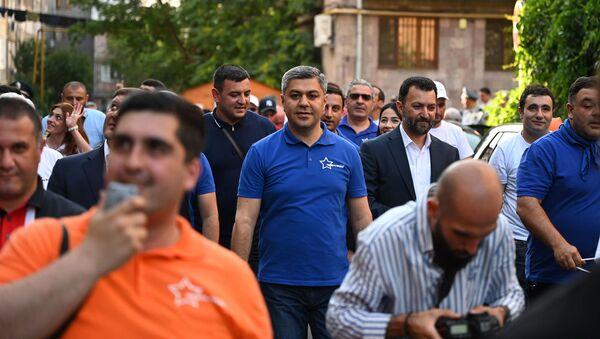 Артур Ванецян во время предвыборной агиткампании блока Честь имею - Sputnik Армения