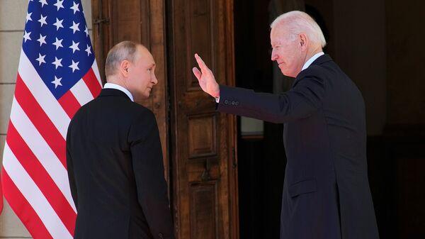 Президенты России и США Владимир Путин и Джо Байден входят в Виллу Ла Гранж во время их встречи (16 июня 2021). Женева - Sputnik Արմենիա