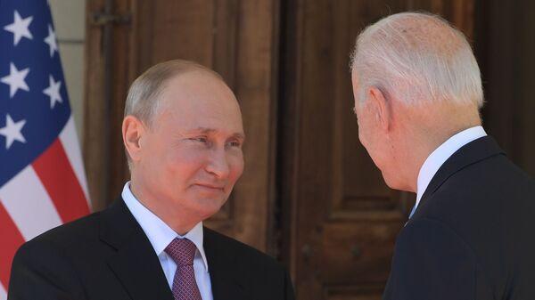 Президенты России и США Владимир Путин и Джо Байден входят в Виллу Ла Гранж во время их встречи (16 июня 2021). Женева - Sputnik Армения