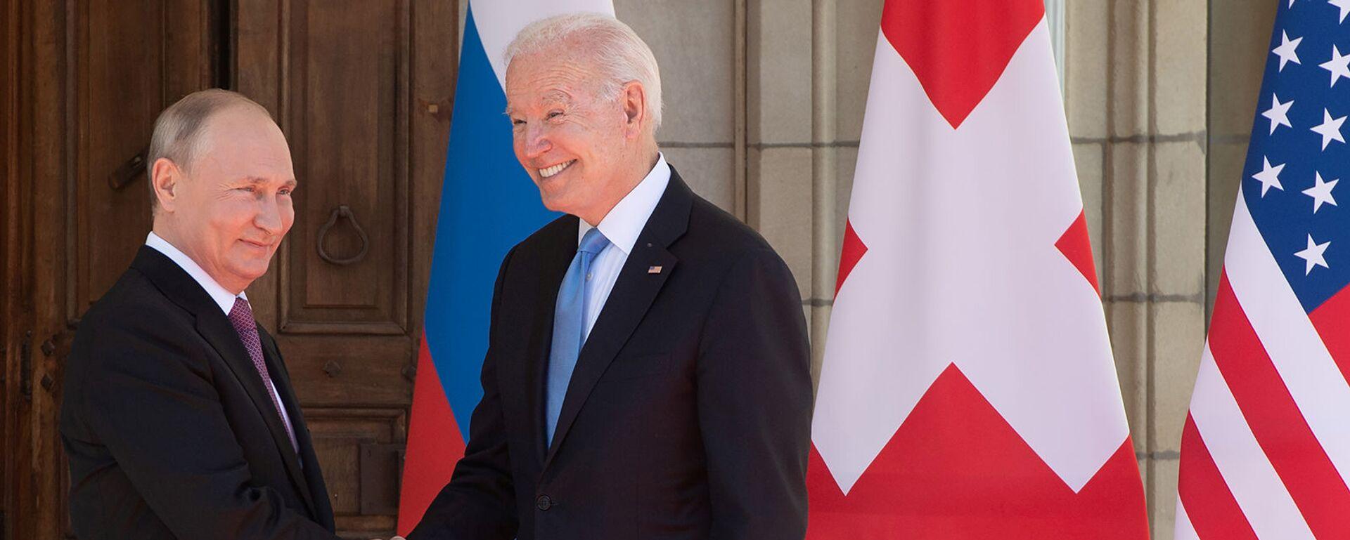 Президенты России и США Владимир Путин и Джо Байден приветствуют друг друга у входа в виллу Ла Гранж во время их встречи - Sputnik Армения, 1920, 16.06.2021