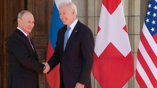 Президенты России и США Владимир Путин и Джо Байден приветствуют друг друга у входа в виллу Ла Гранж во время их встречи - Sputnik Արմենիա