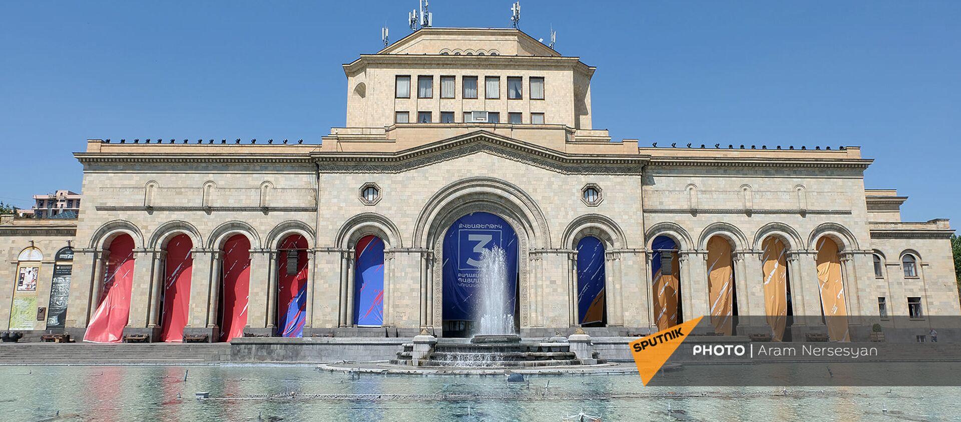 Оформление с агитрекламой партии Гражданский договор на здании Национальной галереи Армении - Sputnik Արմենիա, 1920, 17.06.2021