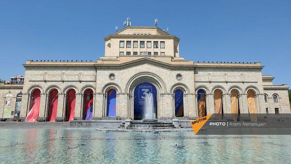 Оформление с агитрекламой партии Гражданский договор на здании Национальной галереи Армении - Sputnik Армения