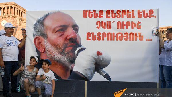 Дети фотографируются на фоне баннера на предвыборном агитационном митинге партии Гражданский договор на площади Республики (17 июня 2021). Еревaн - Sputnik Արմենիա