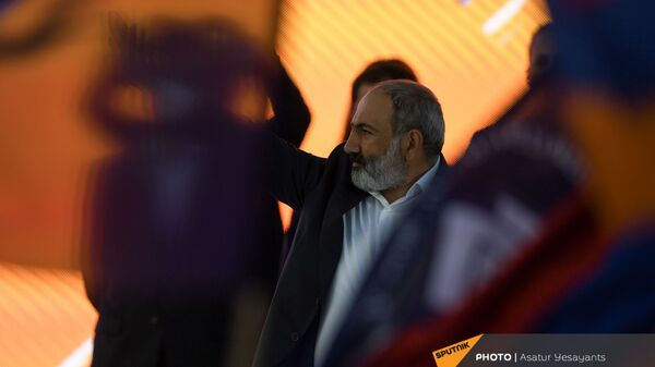 И.о. премьер-министра Никол Пашинян на предвыборном агитационном митинге на площади Республики (17 июня 2021). Еревaн - Sputnik Армения