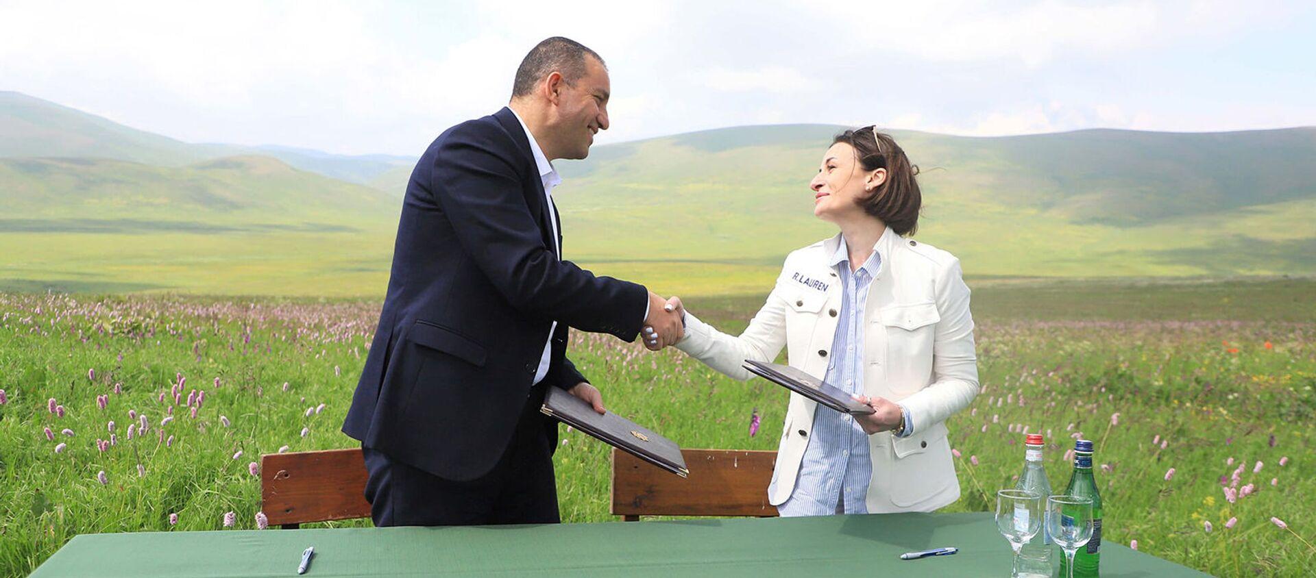 Министр экономики Ваган Керобян подписывает меморандум о взаимопонимании с Фондом конкурентоспособности регионального развития «ДАР» (18 июня 2021). - Sputnik Արմենիա, 1920, 18.06.2021