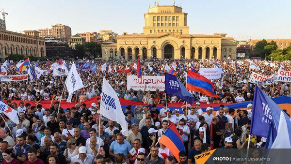 Сторонники блока Айастан на площади Республики перед началом предвыборного агитационного митинга блока (18 июня 2021). Еревaн - Sputnik Армения