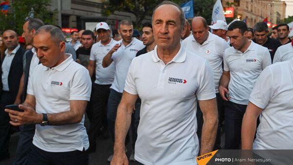 Лидеры блока Айастан на шествии по окончании предвыборного агитационного митинга (18 июня 2021). Еревaн - Sputnik Армения