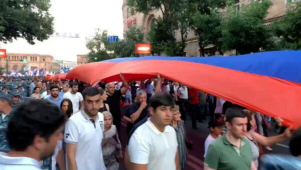 Ռոբերտ Քոչարյանի համակիրների երթը Ամիրյան փողոցով - Sputnik Армения