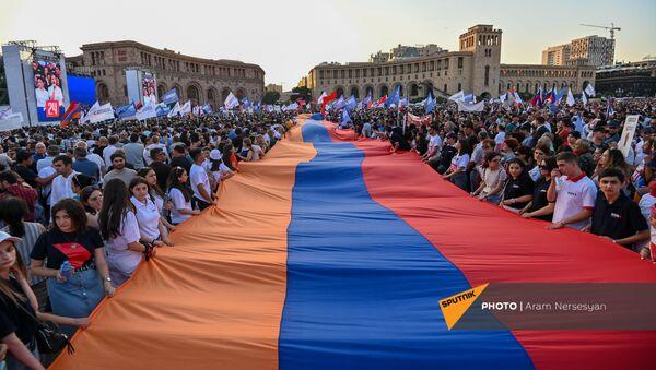 Предвыборный агитационный митинг блока Айастан на площади Республики (18 июня 2021). Еревaн - Sputnik Армения