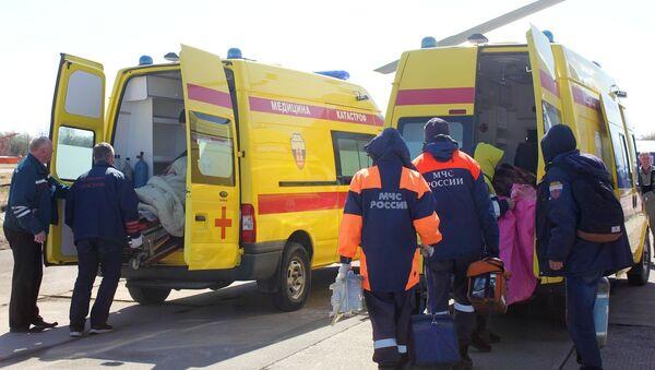 Сотрудники МЧС России перевозят в машинах скорой помощи пострадавших в ДТП - Sputnik Արմենիա
