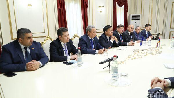 Делегация наблюдательской миссии Парламентской Ассамблеи ОДКБ на встрече с председателем НС Армении (19 июня 2021). Еревaн - Sputnik Армения