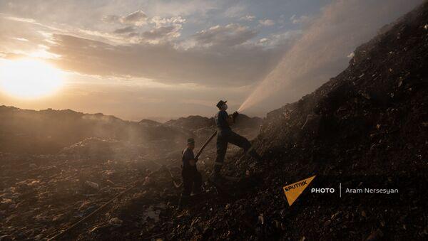 Сотрудники МЧС тушат пожар на свалке в Нубарашене - Sputnik Արմենիա