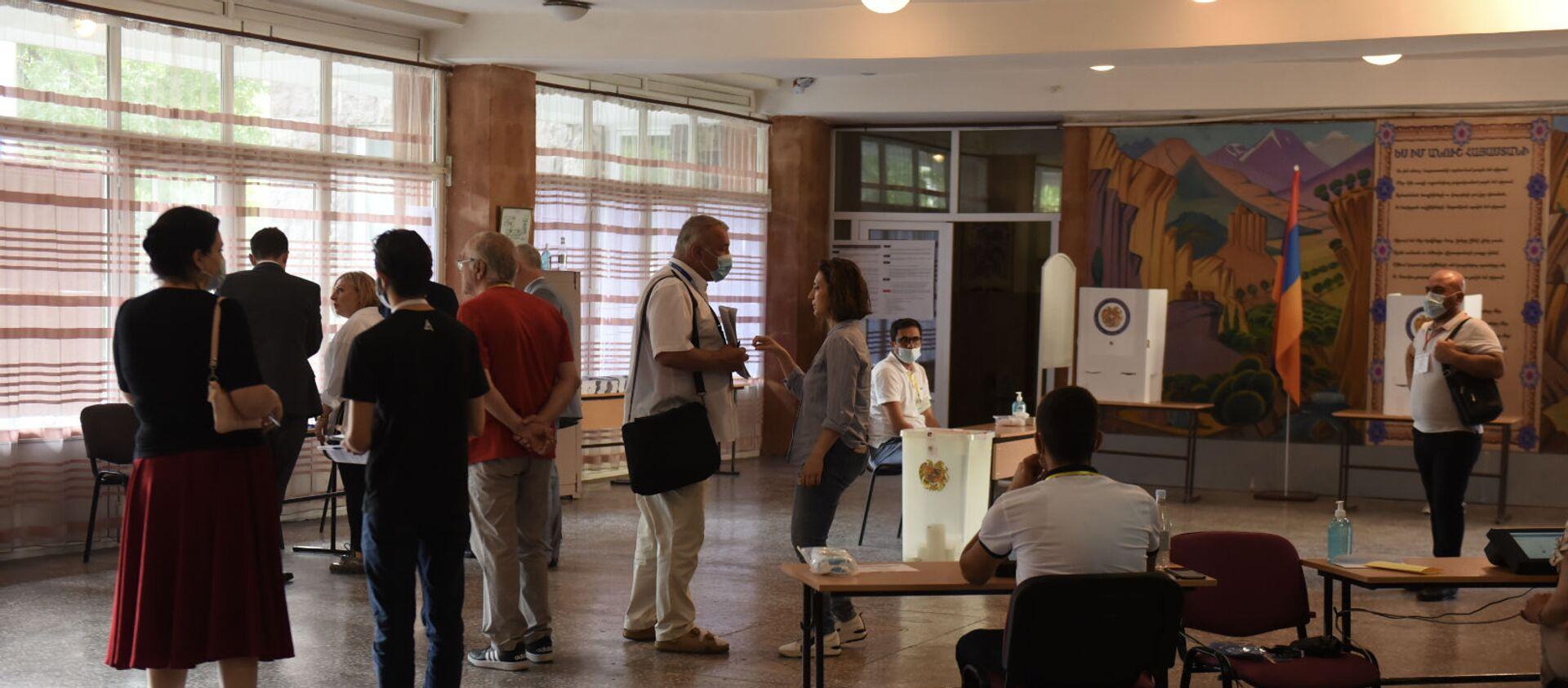 Наблюдатели СНГ на одном из из избирательных участков  во время внеочередных парламентских выборов в Армении (20 июня 2021). Еревaн - Sputnik Արմենիա, 1920, 20.06.2021