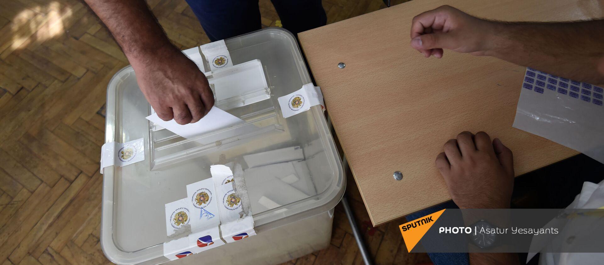 Утро на одном из избирательных участков  во время внеочередных парламентских выборов в Армении (20 июня 2021). Еревaн - Sputnik Արմենիա, 1920, 24.06.2021