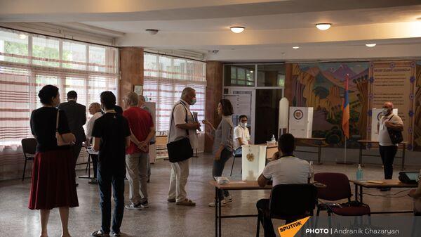 Наблюдатели ОБСЕ на одном из избирательных участков  во время внеочередных парламентских выборов в Армении (20 июня 2021). Еревaн - Sputnik Արմենիա