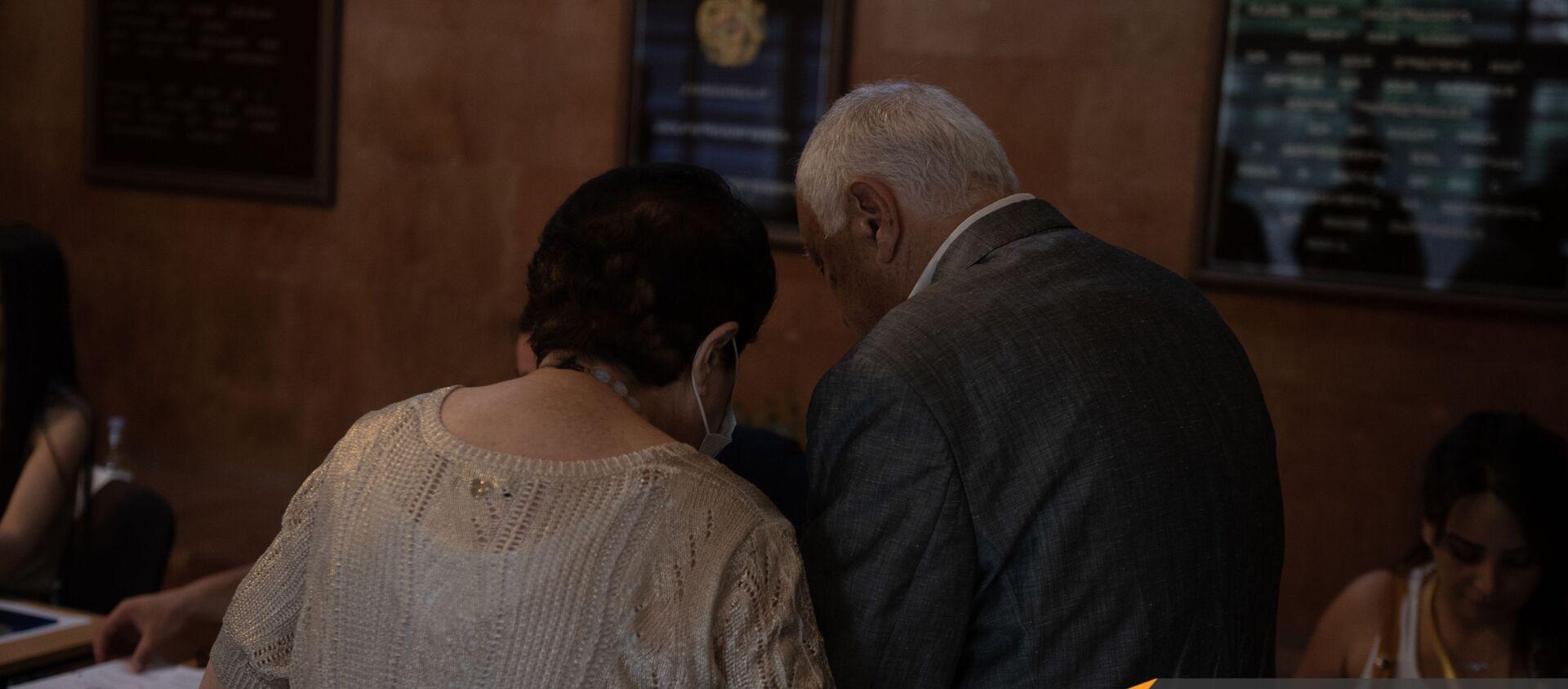 Пожилая пара на одном из избирательных участков  во время внеочередных парламентских выборов в Армении (20 июня 2021). Еревaн - Sputnik Արմենիա, 1920, 20.06.2021