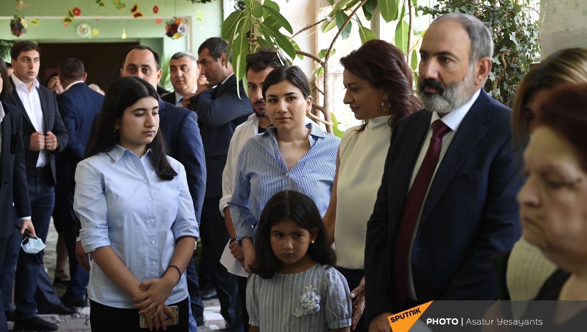 И.о. премьер-министра Никол Пашинян во время внеочередных парламентских выборов в Армении (20 июня 2021). Еревaн - Sputnik Արմենիա, 1920, 20.06.2021