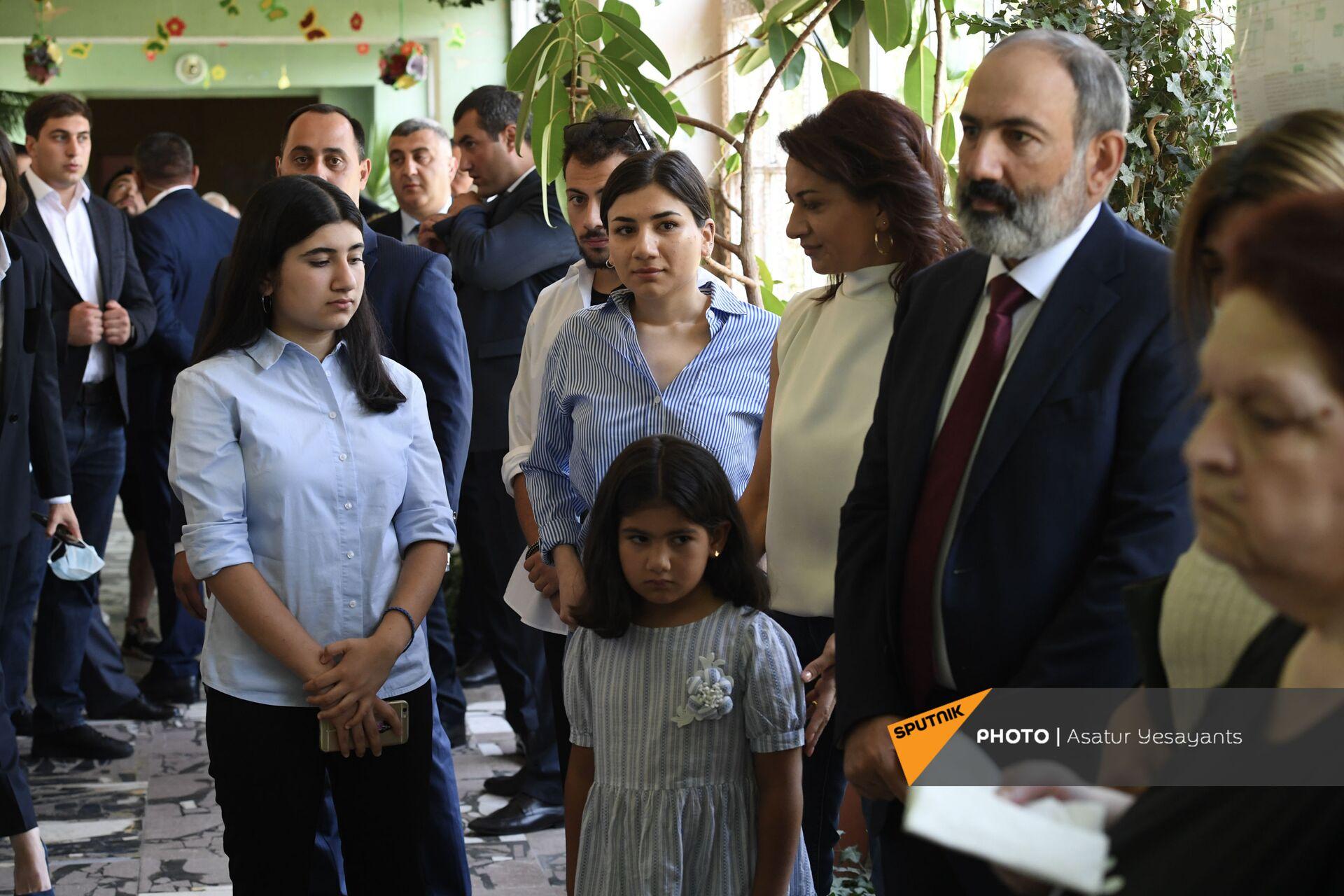 Пашинян проголосовал на выборах в парламент: с ним были супруга и дети - Sputnik Армения, 1920, 20.06.2021