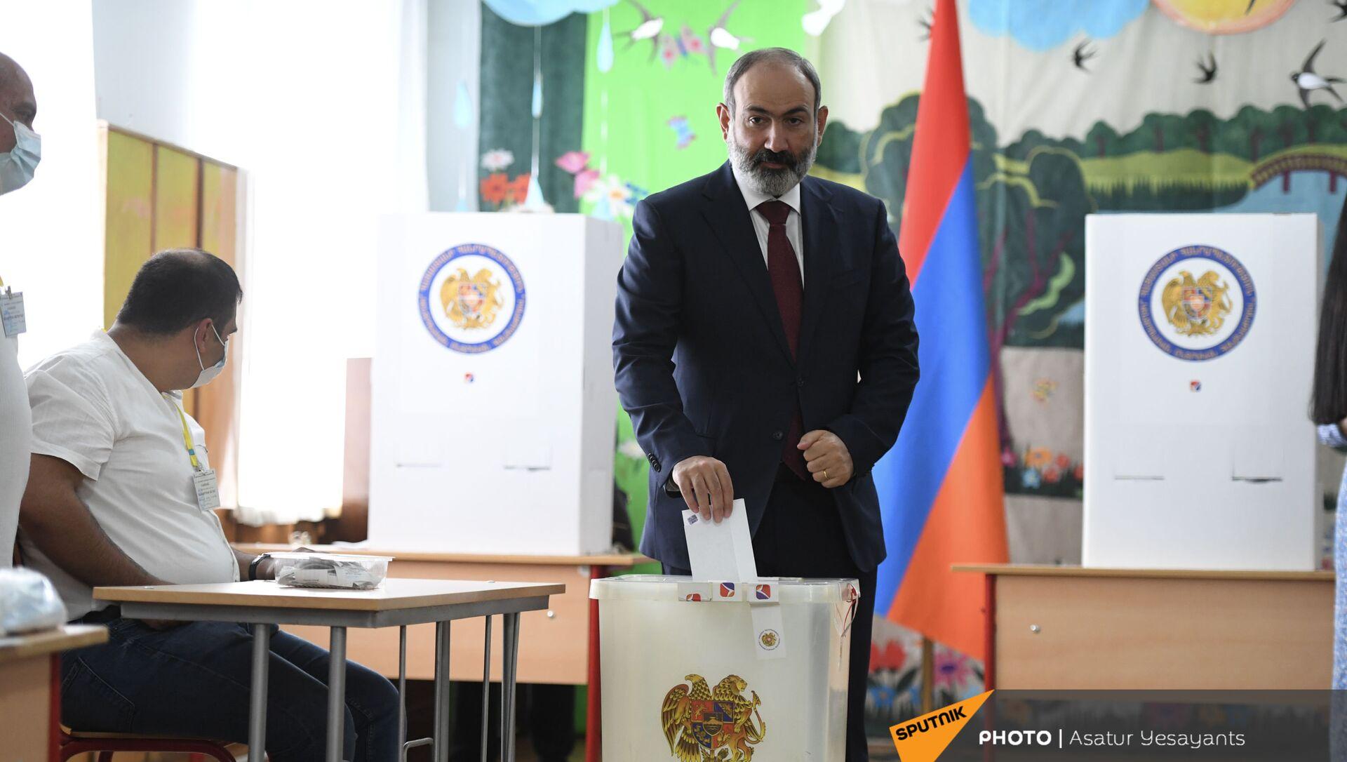 И.о. премьер-министра Никол Пашинян во время внеочередных парламентских выборов в Армении (20 июня 2021). Еревaн - Sputnik Армения, 1920, 20.06.2021