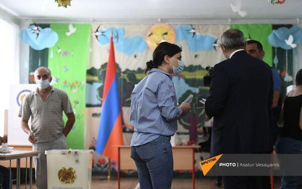 И.о. премьер-министра Никол Пашинян во время внеочередных парламентских выборов в Армении (20 июня 2021). Еревaн - Sputnik Армения