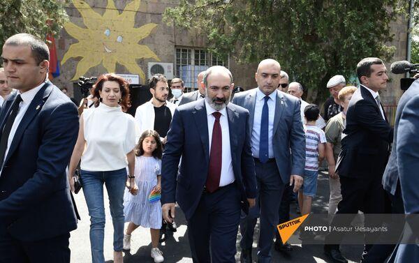 И.о. премьер-министра Никол Пашинян с семьей во время внеочередных парламентских выборов в Армении (20 июня 2021). Еревaн - Sputnik Армения