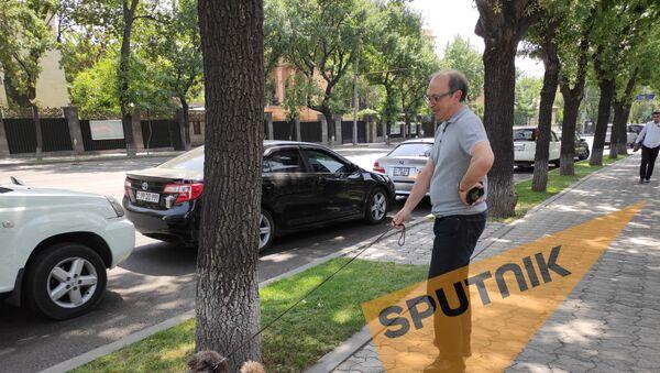 Ара Айвазян гуляет с собакой - Sputnik Արմենիա