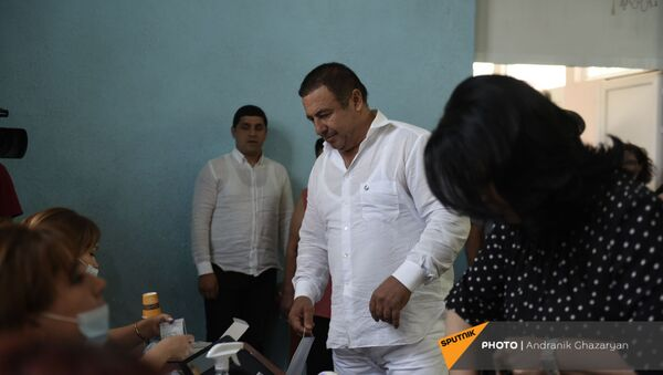 Лидер партии Процветающая Армения Гагик Царукян с супругой во время внеочередных парламентских выборов в Армении (20 июня 2021). село Ариндж - Sputnik Армения