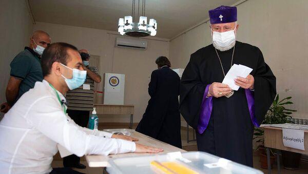 Католикос Гарегин второй на внеочередных парламентских выборах Армении (20 июня 2021). Эчмиадзин - Sputnik Արմենիա