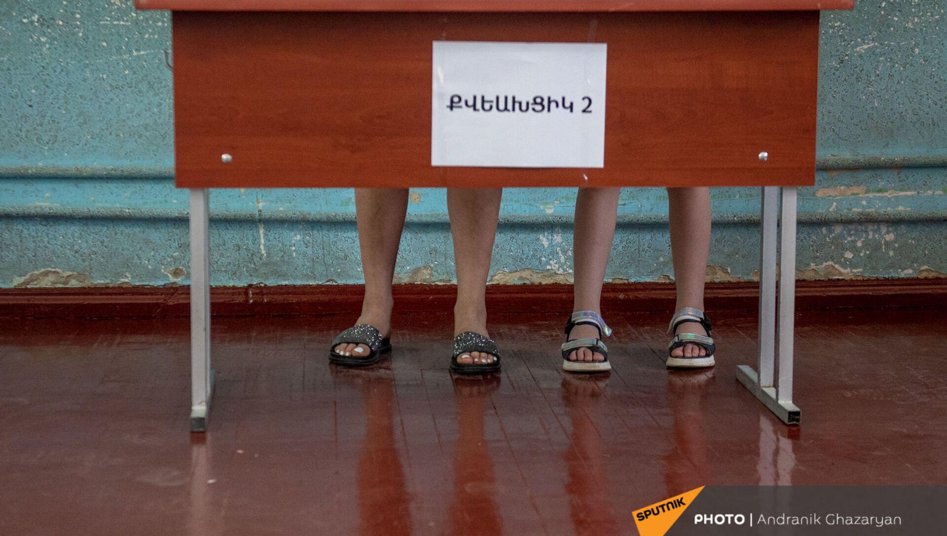 Избиратель с дочерью в кабине на участке 29/29 (20 июня 2021). Ариндж - Sputnik Արմենիա, 1920, 26.06.2021