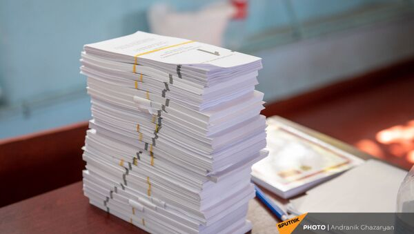 Новые бюллетени на столе председателя избирательной комиссии на участке 29/29 (20 июня 2021). Ариндж - Sputnik Արմենիա