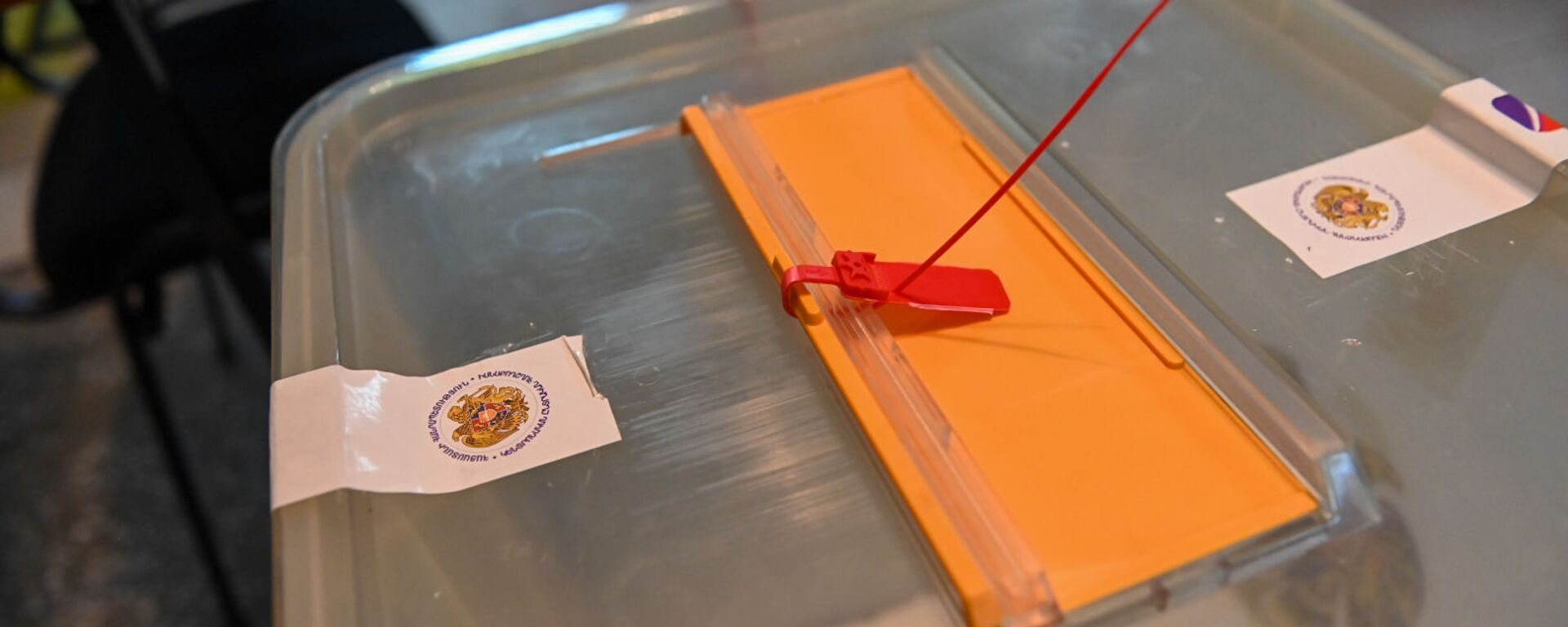 Запечатанная урна для бюллетеней на избирательном участке 9/26 по окончании времени голосования (20 июня 2021). Еревaн - Sputnik Армения, 1920, 21.06.2021